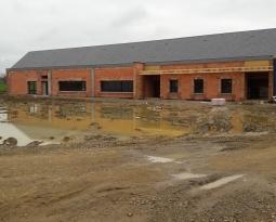 Participation par la mise à disposition de salariés auprès d'entreprises du bâtiment à la construction d'un complexe scolaire
